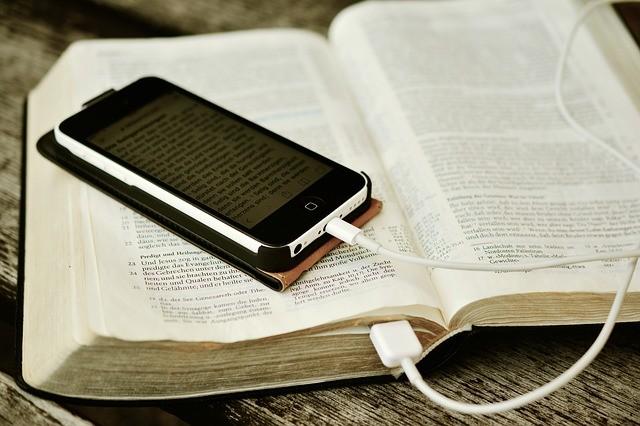 Biblia i słuchawki